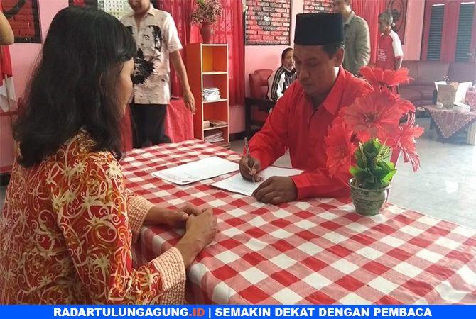 KANDIDAT : Sutanto menjadi salah satu pendaftar pertama cawawali yang datang mendaftar.