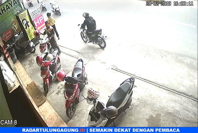 NEKAT : Maling berjaket hitam  menggunakan motor Satria yang terekam CCTV.