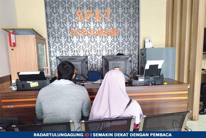 PENASARAN : Eko Prasetyo sata melaporkan akun misterius di Polres Tulungagung.