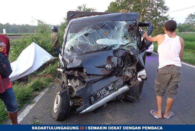 RINGSEK: Mobil pikap yang terlibat kecelakaan di ruas Jalan Umum di Lingkungan Krakal, Kelurahan Klemunan, Kecamatan Wlingi, Senin sore (4/3).