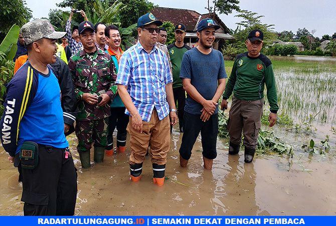 SIDAK : Plt Bupati Tulungagung Maryoto Birowo saat meninjau banjir di Desa Waung, Kecamatan Boyolangu.