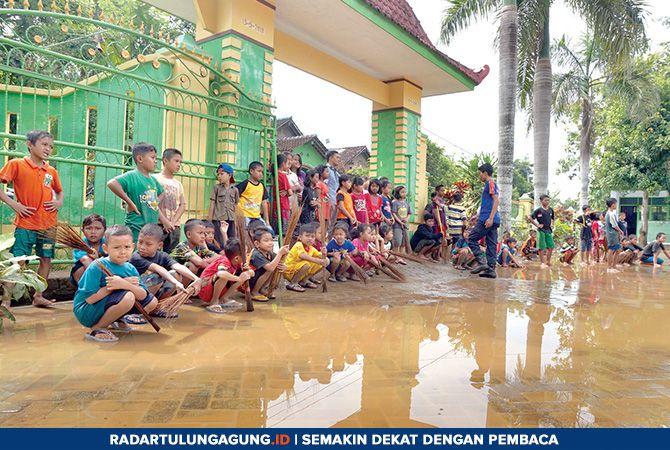 ISTIRAHAT SEJENAK: Siswa SDN 2 Ngadirenggo usai bekerja bakti membersihkan sekolahnya dari material lumpur, Jumat (8/3).