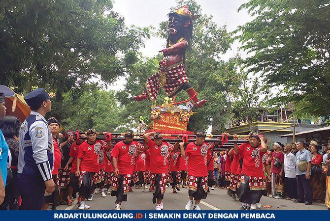 MERIAH: Sejumlah warga mengusung Ogoh-ogoh pada rangkaian upacara tawur kesanga  Rabu (6/3) .