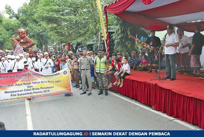 MERIAH: Wakil Bupati Marhaenis UW sebelum memberangkatkan pawai Ogoh-Ogoh, Rabu (6/3).