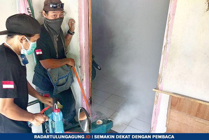 MANDIRI: Tampak pemuda di Desa/Kecamatan Ngunut melakukan fogging dari alat yang diciptakan sendiri untuk membantu warga.