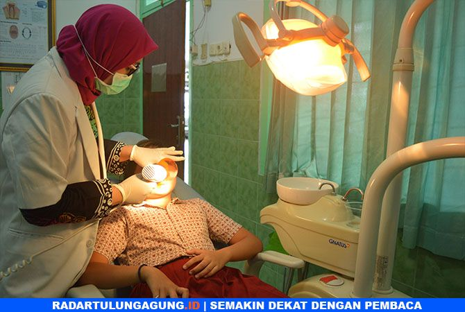 RUTIN PERIKSA: Seorang pasien anak ketika melakukan perawatan gigi.