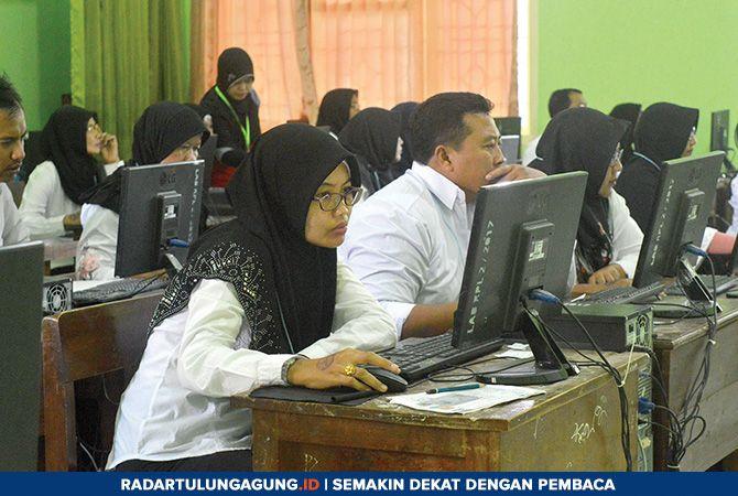 SERIUS: Para peserta seleksi P3K ketika mengikuti seleksi kompetensi dan wawancara di ruang laboratorium SMKN 1 Boyolangu, Sabtu (23/2).