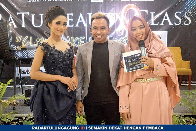 MENGINSPIRASI: Enjang Yuwandika atau Dikadicho (tengah) foto bersama seusai acara RaTu Beauty Class di Hotel Istana, Minggu (10/3) lalu.
