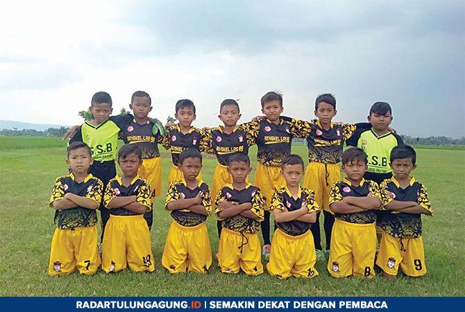 SIAP TANDING: Pemain tim Tawing Putra foto bersama di lapangan sepak bola.
