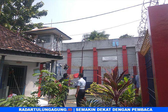 TAK RUSAK: Kasi Binadik dan Giatja, Dedi Nugroho meninjau ulang pagar berkawat yang diduga digunakan Heri Siswanto untuk kabur.