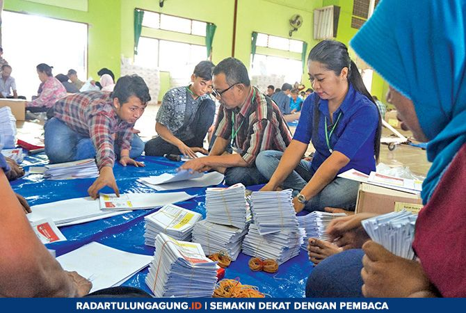 HARUS CERMAT: Sejumlah orang melakukan proses penyortiran dan pelipatan surat suara untuk pileg DPR-RI, Jumat (15/3).