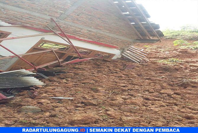 HARUS SIAGA : Bencana tanah longsor yang terjadi di wilayah Kecamatan Panggul dan Dongko, akibat hujan lebat.