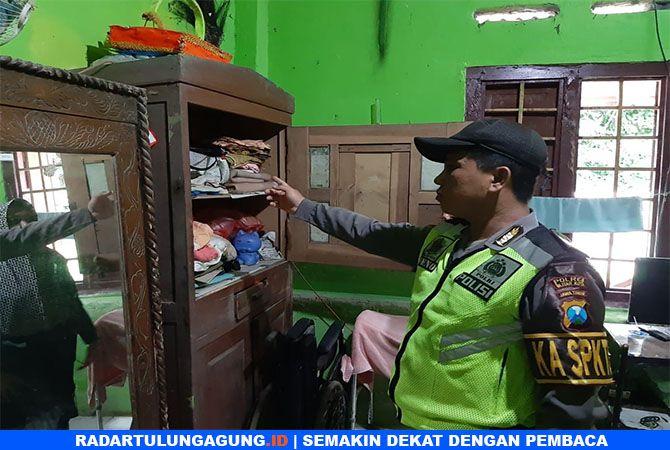 KAGET : Polisi menunjukkan Almari milik Almarhum Sukimin yang ditemukan granat nanas, Senin  (18/3).