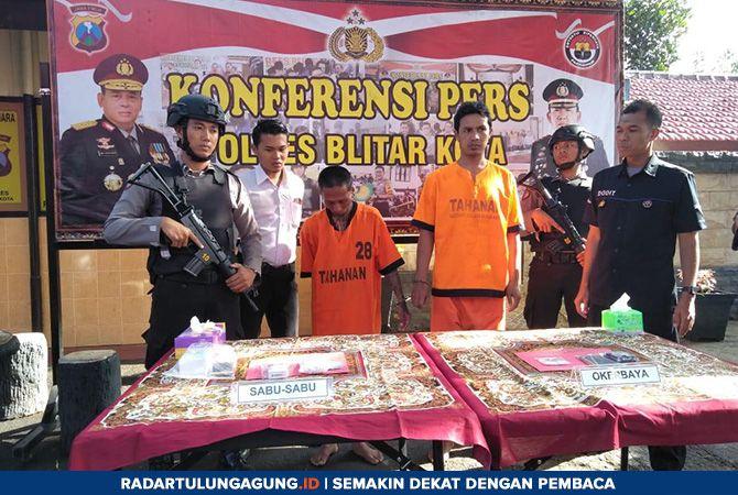 DIAMANKAN: Dua pelaku bersama barang bukti yang diamankan Satuan Reserse Narkoba (Satreskoba) Polres Blitar Kota, Rabu (20/3)