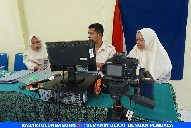 SUDAH 17 TAHUN: Pegawai Dispendukcapil Trenggalek perekaman e-KTP bagi pemula di SMAN 1 Karangan.