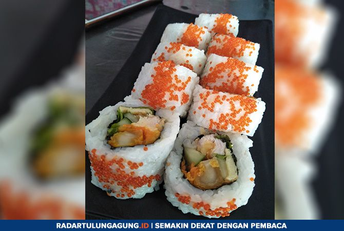 DIGULUNG: Sushi salmon cheese dibuat dengan bahan pilihan yang masih segar, terutama daging ikan.