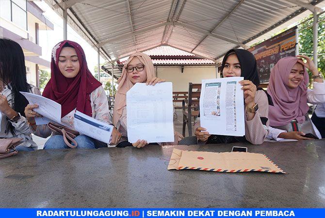MINTA KEJELASAN : Korban arisan dan investasi bodong saat berada di Polres Tulungagung, Jumat (22/3).