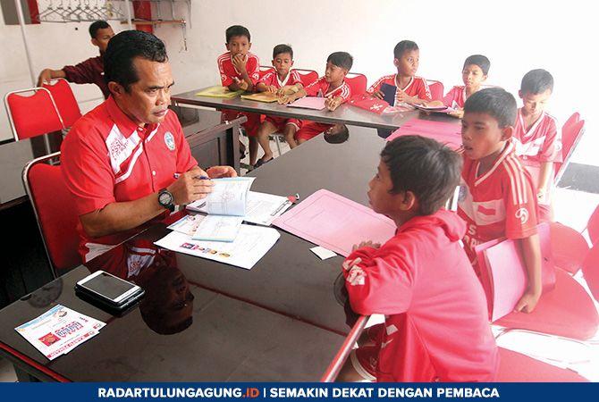 TELITI: Proses screening para peserta turnamen sepakbola anak KU-10 Piala Radar Blitar 2019 dari Blitar Putra Kanigoro Blitar, Minggu (24/3)