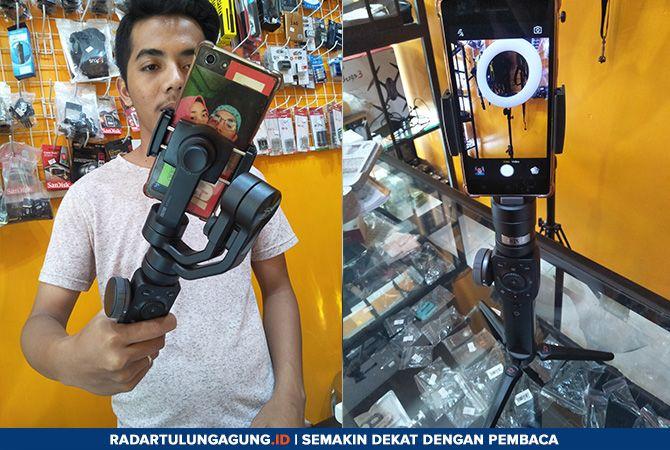 CANGGIH: Hendra menunjukkan peralatan untuk menstabilkan posisi kamera ataupun smartphone saat dipakai merekam gambar.
