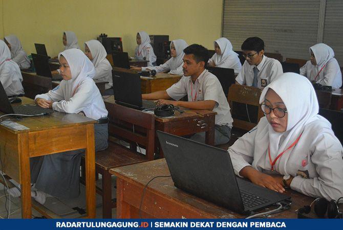 FOKUS : Siswa kelas XII mengikuti ujian nasional berbasis komputer (UNBK), Senin (25/3).