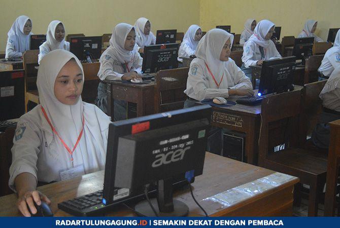 FOKUS : Siswa kelas XII saat mengikuti ujian nasional berbasis komputer (UNBK), Senin (25/3).