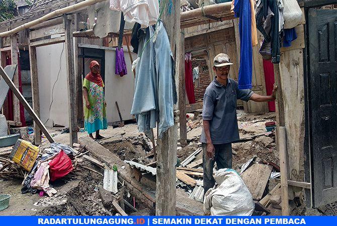 MENGUNGSI : Rumah Mujina, warga Dusun Purwodadi, Desa Tanen, Kecamatan Rejotangan, yang rusak akibat tanah retak.