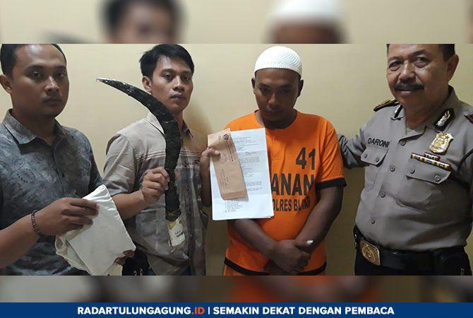 DIBEKUK: Polisi menunjukan barang bukti dan tersangka kasus pembacokan.