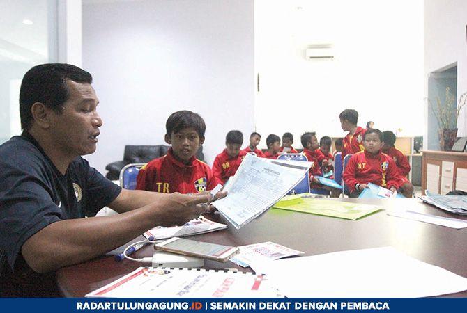 KETAT: Para penggawa dari SSB Putra Palapa Tulungagung menjalani screening di Kantor Jawa Pos Radar Tulungagung, Kamis (28/3).