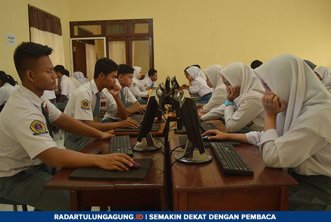 SERIUS: Sejumlah siswa mengikuti tryout UN. UNBK tingkat SMA dimulai hari ini, Senin (1/4).