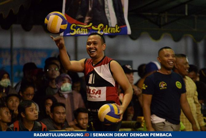SEMANGAT: Satria memainkan bola ketika pemanasan sebelum bertanding.