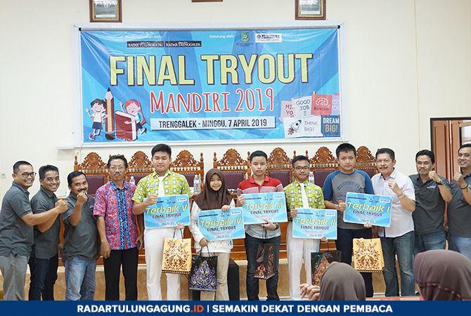 BELAJAR: Peraih lima besar terbaik dalam Final Tryout Mandiri 2019 jenjang SMP bersama Kabid Pembinaan SMP Maryono, Kasi Kurikulum SD Isniardi, serta panitia dari Jawa Pos Radar Tulungagung dan Primagama.