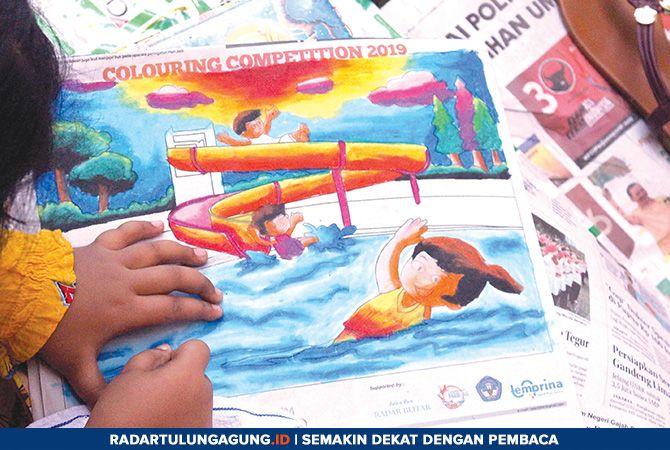 BERWARNA: Hasil mewarna karya salah satu peserta Colouring Competition Jawa Pos Radar Blitar di Waterpark Sumber Udel, Sabtu (6/4).