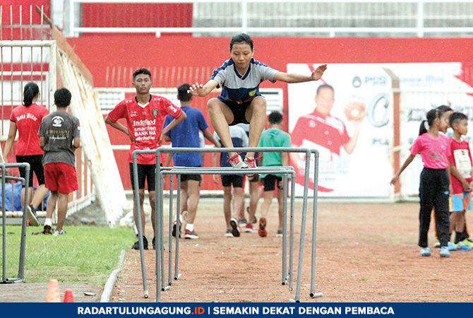MELAYANG: Latihan rutin atlet binaan PASI Kota Blitar di Stadion Soepriadi.