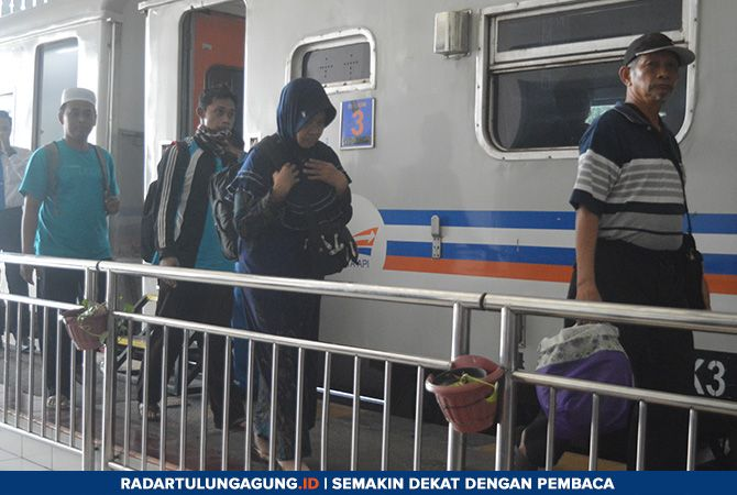 JELANG RAMADAN: Penumpang yang sedang hilir mudik di Stasiun Tulungagung, Kamis (11/4).