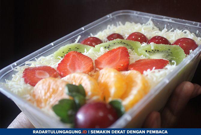 SEGAR DAN LEZAT: Salad buah terdiri atas beragam jenis buah. Toping juga bisa disesuikan, termasuk menggunakan durian.