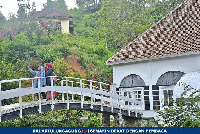 WISATA BARU : Sejumlah pengujung mengabadikan momen di jembatan di belakang kafe Dilem Wilis.