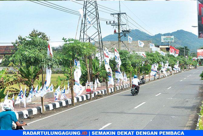 BELUM SEMUA : Sejumlah APK milik beberapa parpol yang terlihat masih berjajar di pinggir Jalan Soekarno-Hatta kemarin sekitar pukul 14.15.