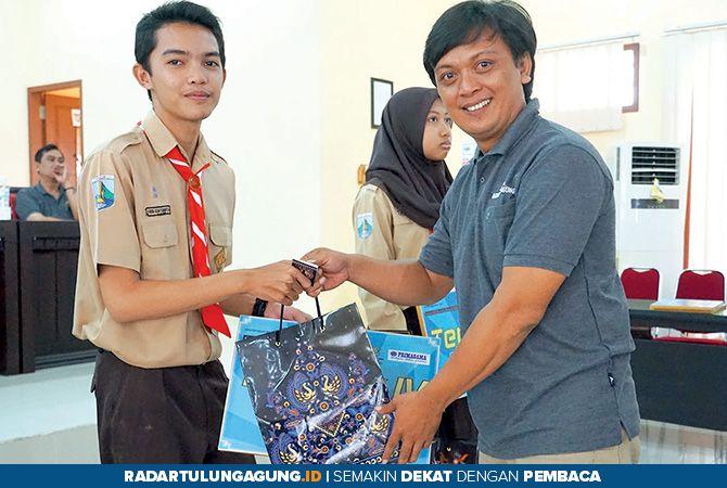 MANTAP: GM Jawa Pos Radar Tulungagung, Triyoga Agus Nugroho menyerahkan hadiah ke Faiqu Dzaky, terbaik keempat jenjang SMP sederajat.