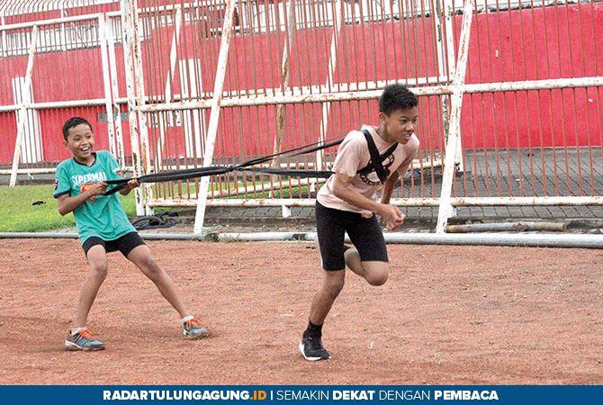 JAGA PERFORMA: Atlet binaan PASI Kota Blitar menjalani latihan rutin di Stadion Soepriadi.