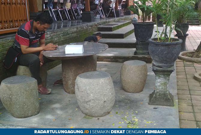 UNIK: Meja dan kursi terbuat dari batu alam. Ini bisa menjadi pilihan untuk para pecinta rumah berkonsep natural.