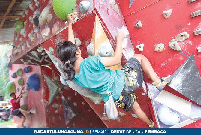 JELANG PENENTUAN: Latihan rutin atlet binaan FPTI Kota Blitar di kawasan GOR Soekarno-Hatta.