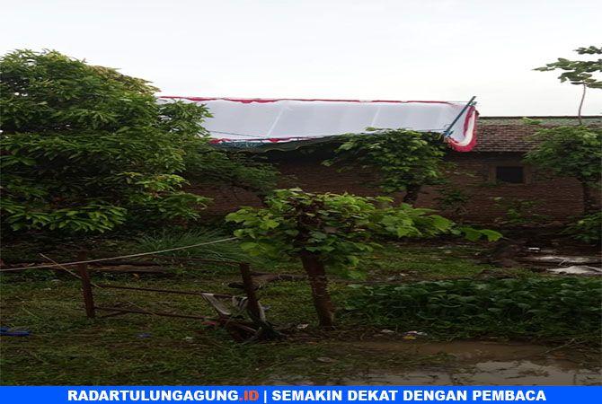 NAHAS : Tampak tenda TPS terbang di sapu angin, Selasa (16/4).