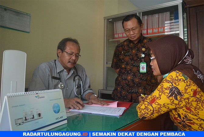 TEKAN JUMLAH ODHA : Petugas di klinik bening Puskesmas Ngantru ketika melakukan pendataan ODHA.