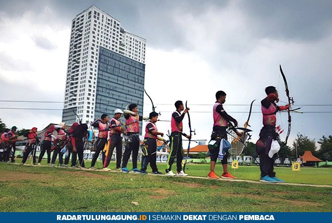 KETAT: Persaingan ketat praseleksi menuju Popnas Papua 2019 di Lapangan Panahan KONI Surabaya, akhir pekan lalu.