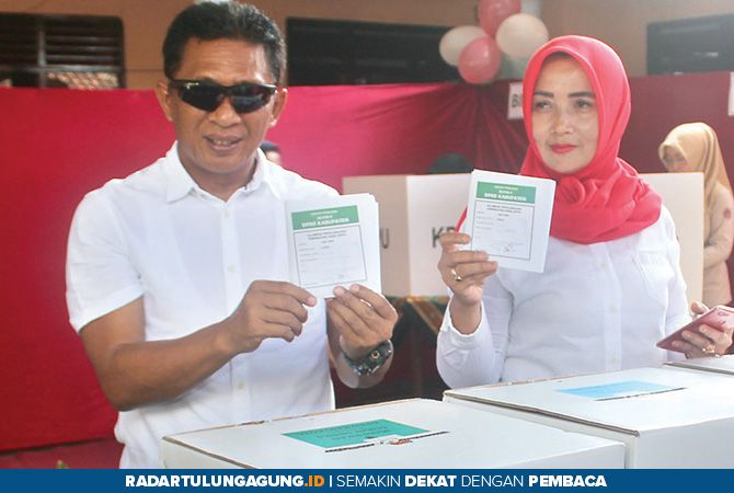 SUDAH COBLOSAN: Wakil Bupati Marhaenis UW bersama Ny Sri Unaryati Marhaenis menunjukkan surat suara.