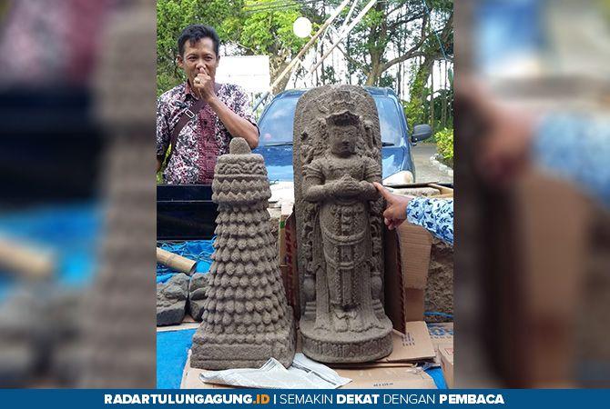 UNTUK KEAMANAN: Dua benda cagar budaya dari Candi Penampihan saat dievakuasi, Kamis (18/4).