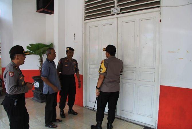 SIGAP : Polisi mengecek gudang penyimpanan Logisik di PPK Kepanjenkidul, Sabtu (20/4).