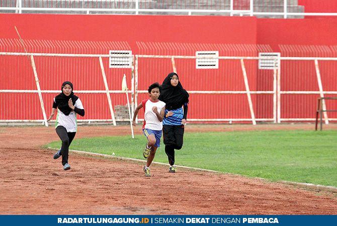 UKUR KEKUATAN: Atlet binaan PASI Kota Blitar menjalani latihan rutin di Stadion Soepriadi.