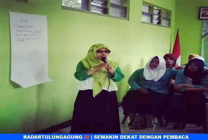 PEDULI BANGSA :  Wakil Sekretaris I PC Fatayat NU Kabupaten Blitar, Ufik Rohmatul Fitria, saat konsolidasi Fatayat NU Kabupaten Blitar, Minggu (21/4)