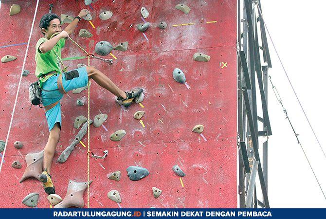 KERJA KERAS: Latihan rutin atlet binaan FPTI Kota Blitar di kawasan GOR Soekarno-Hatta digelar setiap akhir pekan.